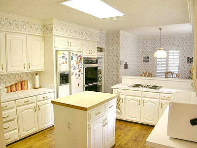 I Love A Good Kitchen Makeover Here S A Circa 1980s Kitchen Before It Was Remodeled Don T You Hate When Builders Stick Fluorescent Lights In A Kitchen Or